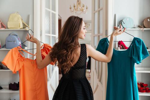 服選びに悩む女性