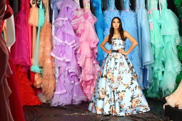 たくさんのドレスを試着する女性
