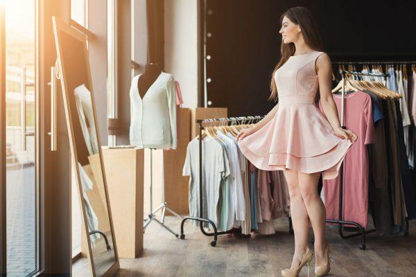 鏡の前でドレスを着ている女性