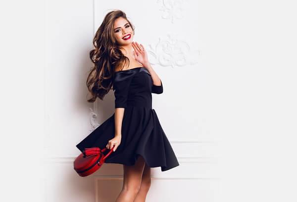黒いドレスを着けている女性