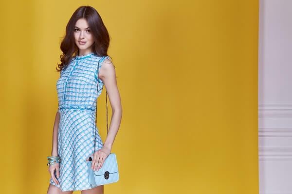 青いボーダー柄の洋服を着ける女性