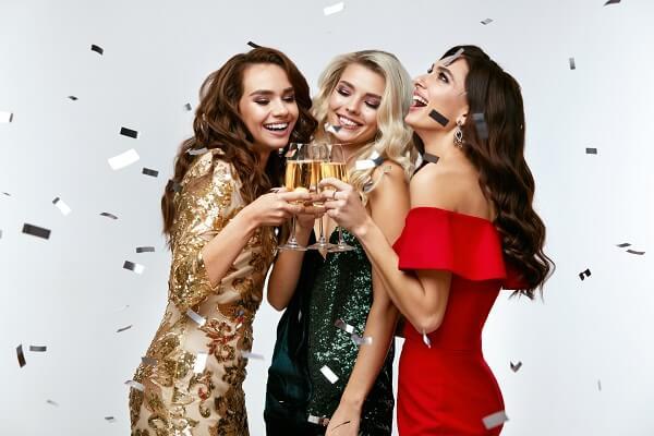 パーティーで乾杯をする女性達