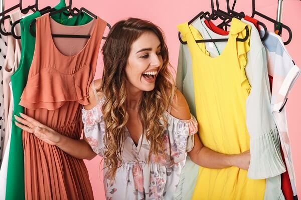 洋服を見て笑う女性