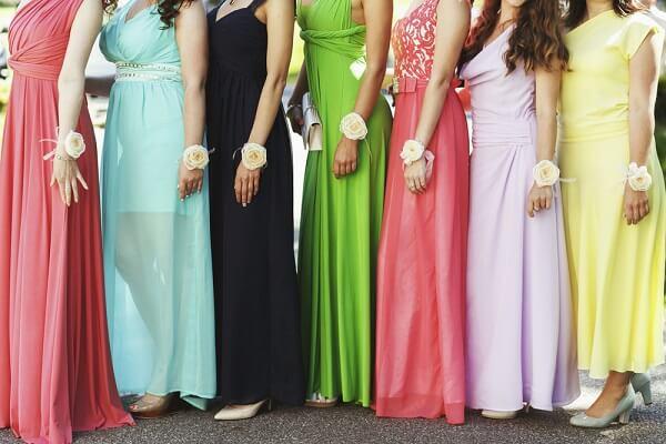 カラフルな色のドレスを着ける女性達