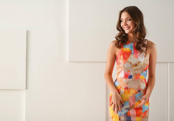 カラフルなドレスを着けて笑う女性