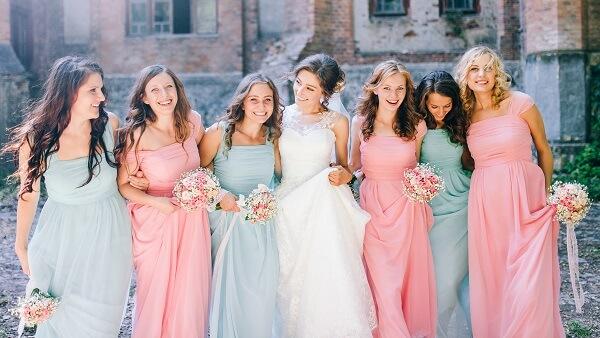 いろいろな色のドレスを着けている女性達