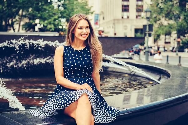 水玉模様のドレスを着て座る女性