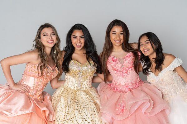 ドレスを着ける4人の女性