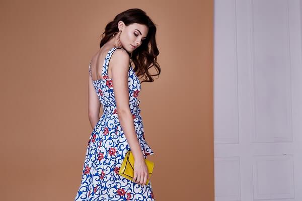 花柄のワンピースを着けている女性