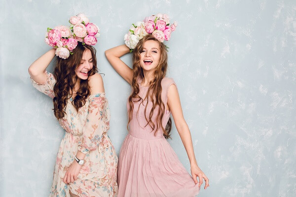花柄のドレスを着る二人の女性