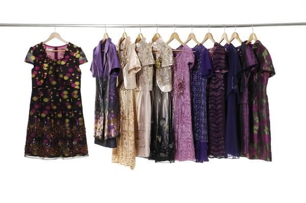 たくさんのドレスがハンガーにかかっている
