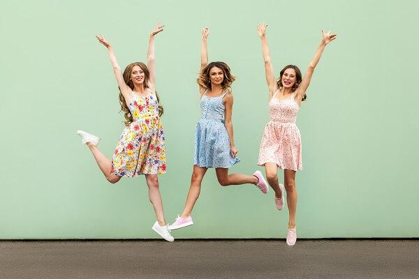 飛び跳ねる3人の女性