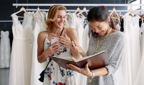本を見て笑う二人の女性
