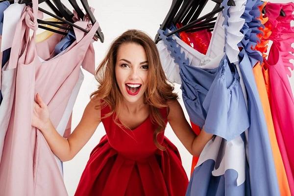 たくさんの洋服に喜ぶ女性