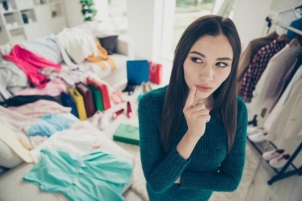服が部屋に溢れている女性