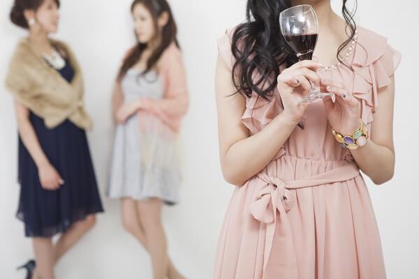 ワインを持ってパーティを楽しむ女性