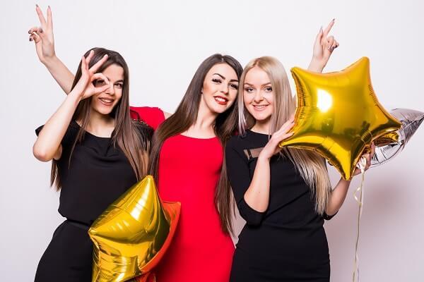 パーティーを楽しむ女性3人