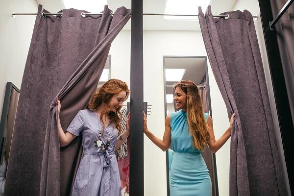 お互いの服を見る女性