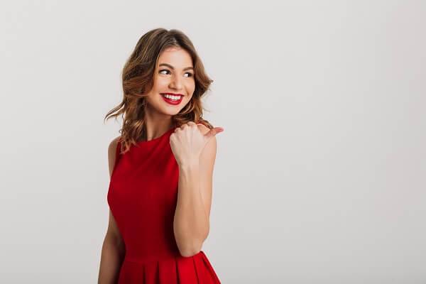 赤いドレスを着けている女性