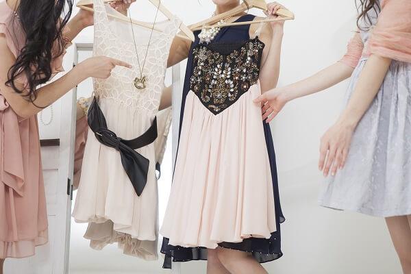 ドレス選びをする女性