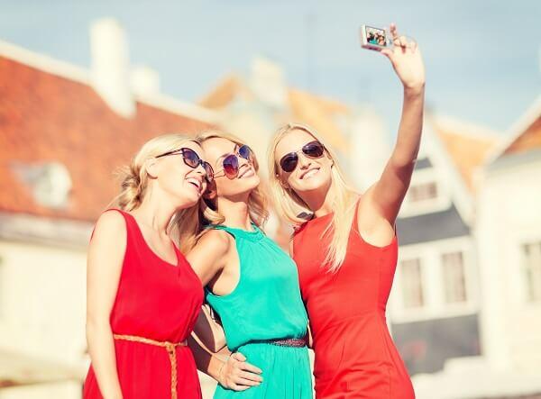 自撮りをしている女性達