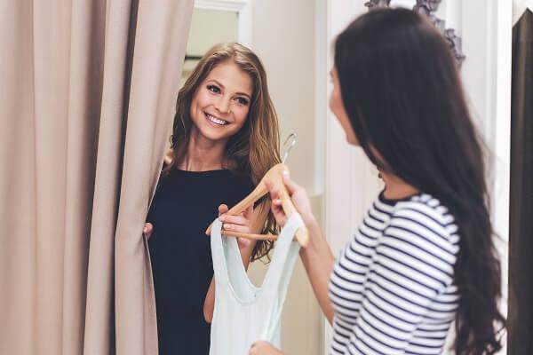 洋服を試着する女性