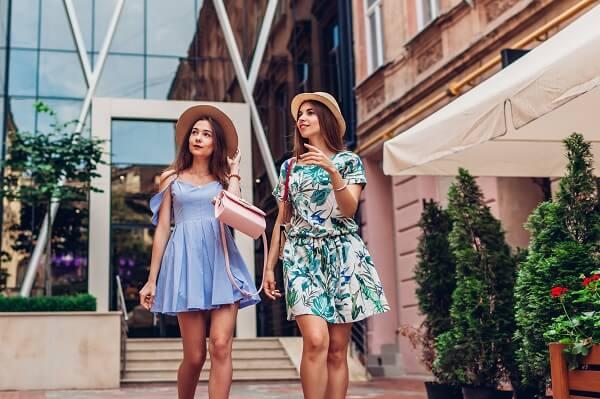 ワンピースを着て街を歩く女性達