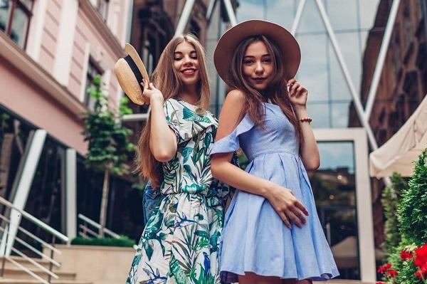 オシャレなドレスを着けて楽しむ女性達