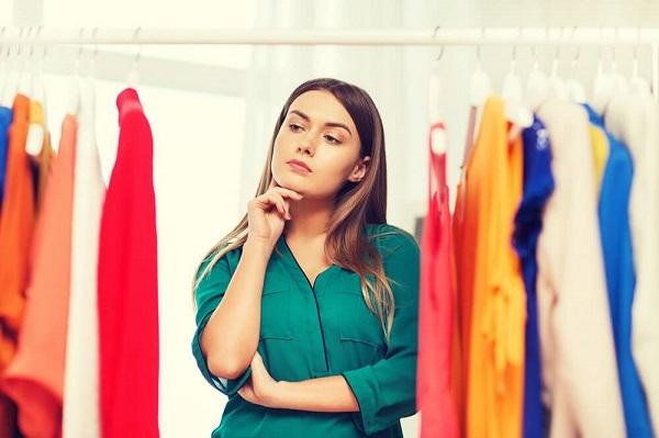 どの洋服を着けようか迷っている女性