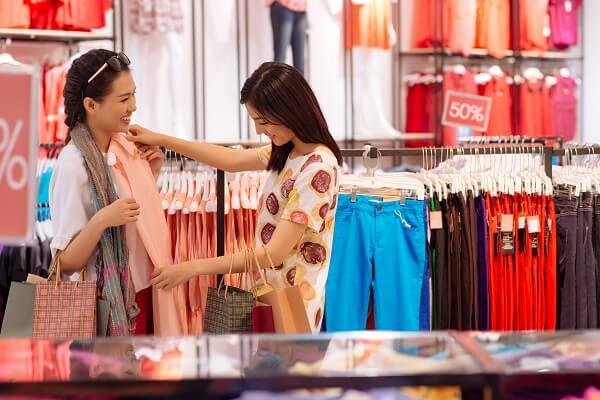 洋服のショッピングを楽しむ女性達