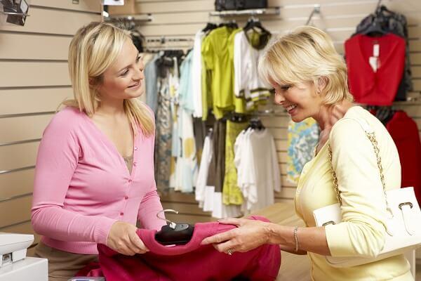 洋服の買い物をする女性