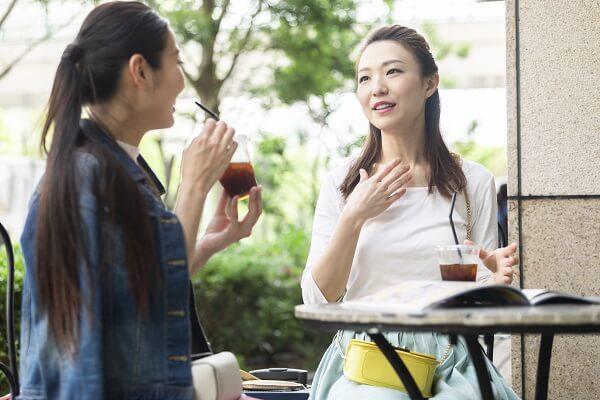 会話を楽しむ女性