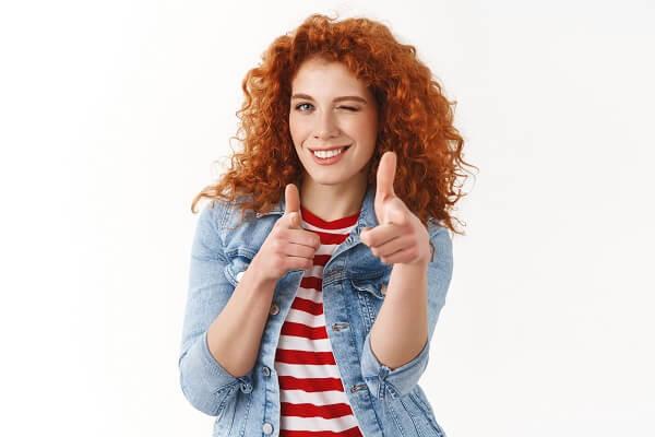 ウインクをしている赤毛の女性