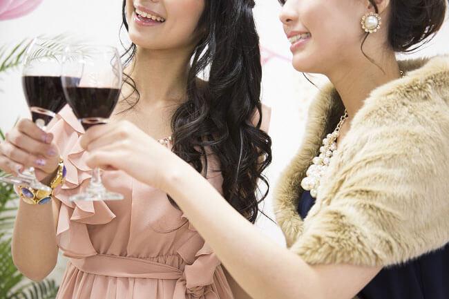 ワインを乾杯する女性